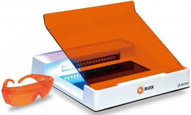 B-BOX蓝光透射仪,既可观察DNA凝胶,又可观察蛋白凝胶,并可实现电泳实时观察。SMOBiO B-BOX是一款长波长,蓝色二极管的透射仪,设计小巧,结构坚固。由于该设备不带紫外光源,使用非致癌性DNA/蛋白染料,操作电压仅12伏,B-BOX透射仪为用户提供了无与伦比的安全性能。